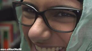Сисястая арабка трогает киску в библиотеке - скриншот #2