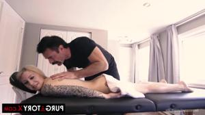 Ебут вдвоем жену на массаже - скриншот #9