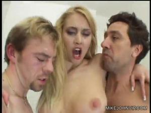 Отсношали втроем блондинку - скриншот #18
