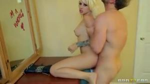 Мужик трахнул яркую блондинку - скриншот #16