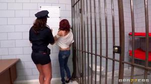 Надзирательница выебала рыжую задержанную сучку - скриншот #1
