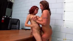 Надзирательница выебала рыжую задержанную сучку - скриншот #7