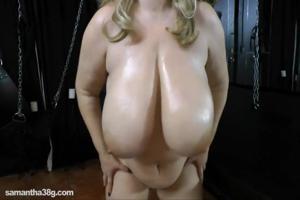 Дама с огромными дойками пизду надрачивает - скриншот #18