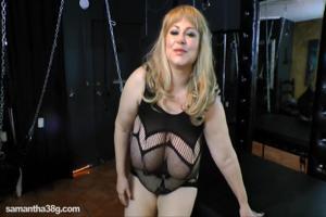 Дама с огромными дойками пизду надрачивает - скриншот #4