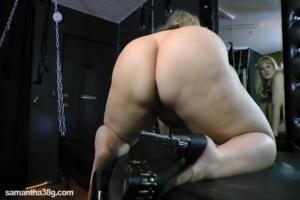 Дама с огромными дойками пизду надрачивает - скриншот #8