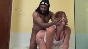 Негр трахнул в ванной проститутку - скриншот #9