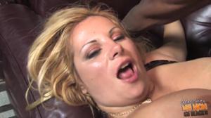Сочная блондинка отдыхает с двумя неграми - скриншот #16