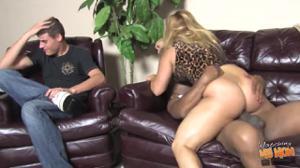 Сочная блондинка отдыхает с двумя неграми - скриншот #20