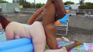 Негр дрюкнул в бассейне телку с ошеломительной попкой - скриншот #14