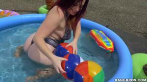 Негр дрюкнул в бассейне телку с ошеломительной попкой - скриншот #2
