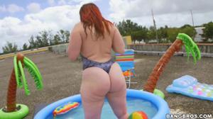 Негр дрюкнул в бассейне телку с ошеломительной попкой - скриншот #4