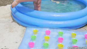 Негр дрюкнул в бассейне телку с ошеломительной попкой - скриншот #8