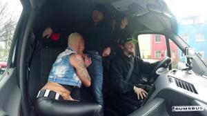 Лысая женщина переспала со своим водителем прямо в его фургоне - скриншот #5