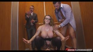 Секретаршу трахают в лифте трое мужчин - скриншот #18