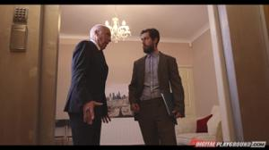 Секретаршу трахают в лифте трое мужчин - скриншот #21