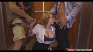 Секретаршу трахают в лифте трое мужчин - скриншот #4