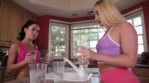 Три лесбиянки ссутся от восторга занимаясь любовью на тренировке - скриншот #1