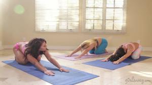 Три лесбиянки ссутся от восторга занимаясь любовью на тренировке - скриншот #5
