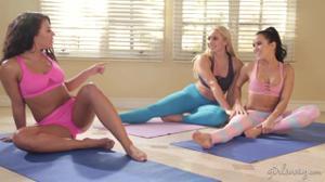 Три лесбиянки ссутся от восторга занимаясь любовью на тренировке