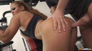 Секс в спортзале с сочной курвой - скриншот #10