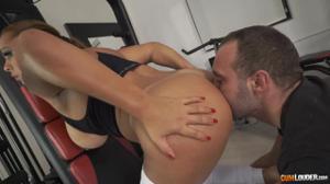 Секс в спортзале с сочной курвой - скриншот #3