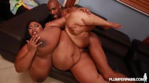 Жирная негритоска с огромными дойками шпилится с черным самцом в пилотку - скриншот #18