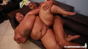 Жирная негритоска с огромными дойками шпилится с черным самцом в пилотку - скриншот #19