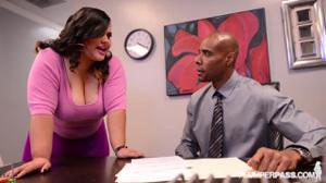 Пухлая офисная шлюшка трахнулась с негром на работе - скриншот #2