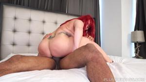 Рыжая Бетти переспала с мулатом - скриншот #17