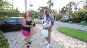 Рыжеволосая толстуха вернулась домой, где ее уже ждал чернокожий мужик, которому дико хотелось секса - скриншот #1