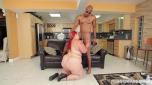 Рыжеволосая толстуха вернулась домой, где ее уже ждал чернокожий мужик, которому дико хотелось секса - скриншот #11