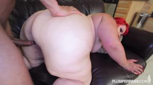 Рыжеволосая толстуха вернулась домой, где ее уже ждал чернокожий мужик, которому дико хотелось секса - скриншот #14