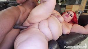 Рыжеволосая толстуха вернулась домой, где ее уже ждал чернокожий мужик, которому дико хотелось секса - скриншот #15