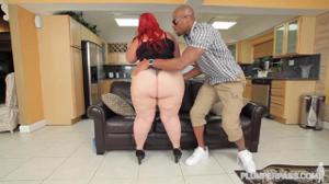 Рыжеволосая толстуха вернулась домой, где ее уже ждал чернокожий мужик, которому дико хотелось секса - скриншот #6