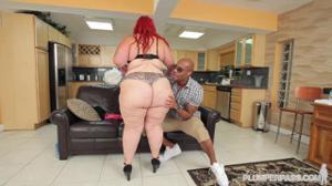 Рыжеволосая толстуха вернулась домой, где ее уже ждал чернокожий мужик, которому дико хотелось секса - скриншот #7