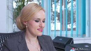 Женщина босс дает в кабинете сотруднику - скриншот #1