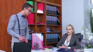 Женщина босс дает в кабинете сотруднику - скриншот #2