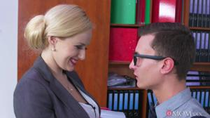 Женщина босс дает в кабинете сотруднику - скриншот #4