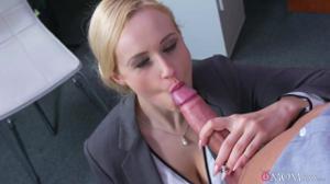 Женщина босс дает в кабинете сотруднику - скриншот #6