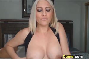 Роскошная блонда скачет на секс игрушке - скриншот #1