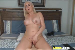 Роскошная блонда скачет на секс игрушке - скриншот #15