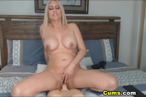 Роскошная блонда скачет на секс игрушке - скриншот #18