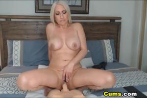 Роскошная блонда скачет на секс игрушке - скриншот #20