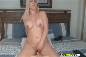 Роскошная блонда скачет на секс игрушке - скриншот #21
