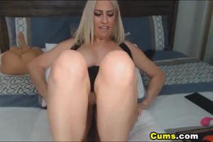 Роскошная блонда скачет на секс игрушке - скриншот #4