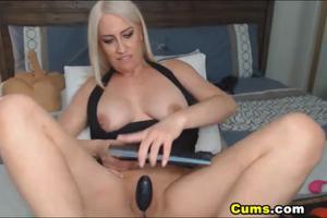 Роскошная блонда скачет на секс игрушке - скриншот #5
