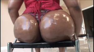 Негритянка со скользкой попкой скачет на члене - скриншот #1