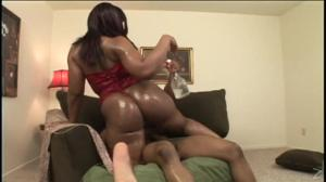 Негритянка со скользкой попкой скачет на члене - скриншот #12
