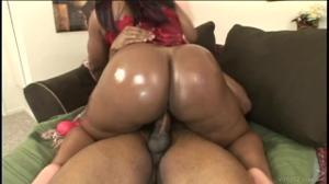 Негритянка со скользкой попкой скачет на члене - скриншот #14