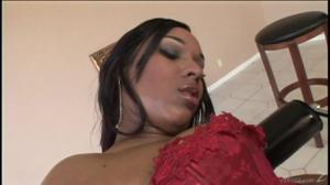 Негритянка со скользкой попкой скачет на члене - скриншот #2